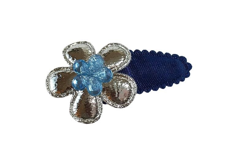 Vrolijk donkerblauwbaby peuter haarspeldje.  Met een glanzend zilver bloemetje en een lichtblauw glinsterbloemetje.
