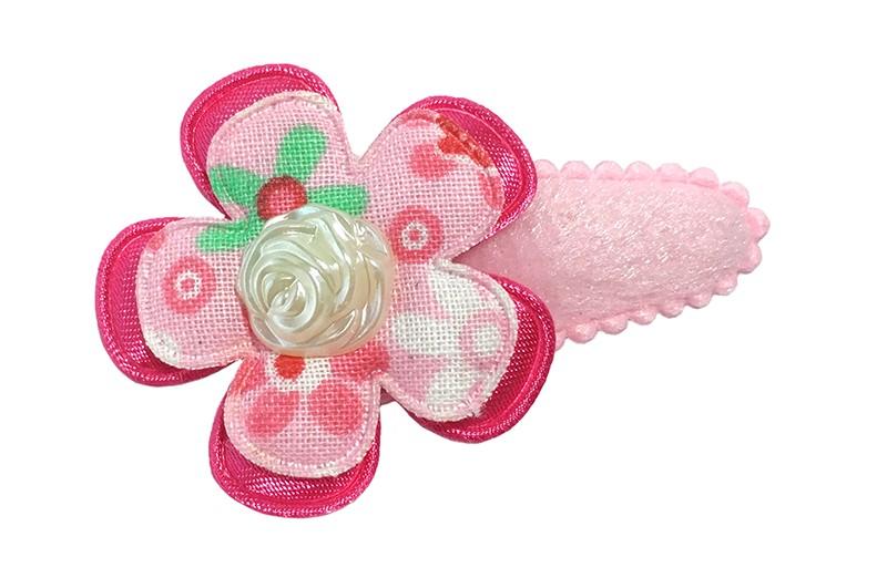 Schattig roze fluffy peuter haarspeldje. Met een fuchsia roze bloemetje en een licht roze bloemetje met een vrolijk gekleurd bloemetjesdessin.  Afgewerkt met een pareltje in de vorm van een roosje