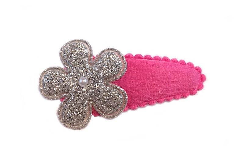 Leuk fel roze fluffy haarspeldje met zilver glitterbloemetje. Afgewerkt met klein pareltje.