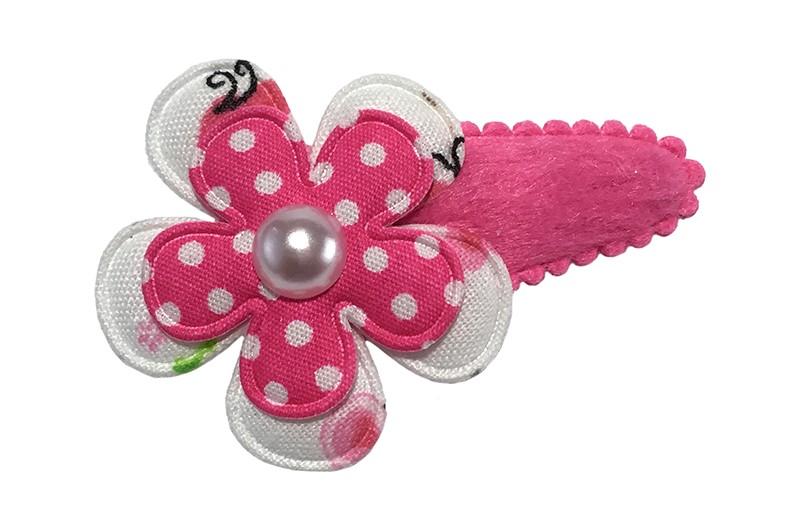 Vrolijk fuchsia roze fluffie peuter haarspeldje. Met daarop een wit bloemetje met vlinder motief en een roze bloemetje met witte stippeltjes.  Afgewerkt met een wit pareltje.
