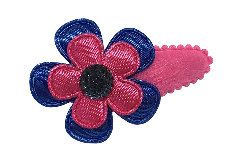 Vrolijk fuchsia roze fluffie peuter haarspeldje.  Met een kobalt blauw bloemetje en een fuchsia roze bloemetje.  Afgewerkt met een blauw glinstersteentje.