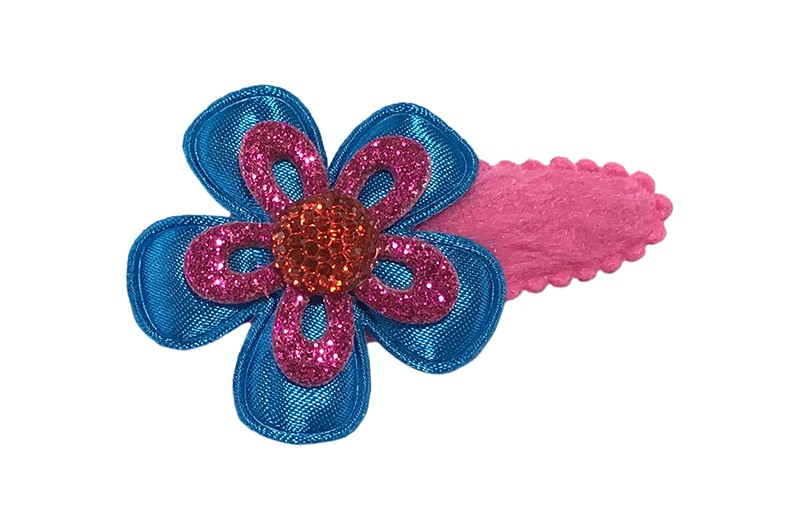Vrolijk fuchsia roze peuter kleuter meisjes haarspeldje.  Met een effen blauw bloemetje, een fuchsia roze glitter bloemetje en een rood pareltje.