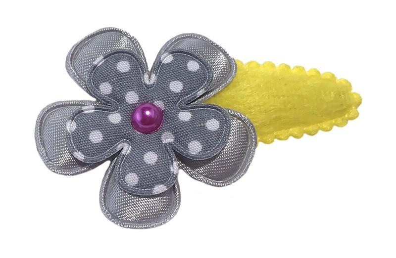 Vrolijk geel fluffie peuter haarspeldje met een effen grijs bloemetje en een grijs bloemetje met witte stippeltjes. Afgewerkt met een klein roze pareltje.