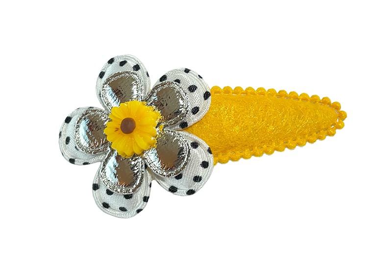 Vrolijk geel peuter kleuter haarspeldje in viltlook. Met een wit met zwart gestippeld bloemetje en een glanzend zilver bloemetje.  Afgewerkt met een klein geel bloemetje.