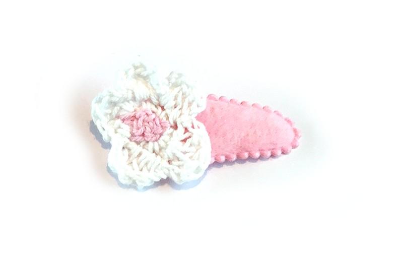 Lief roze peuter haarspeldje met een gehaakt wit bloemetje.