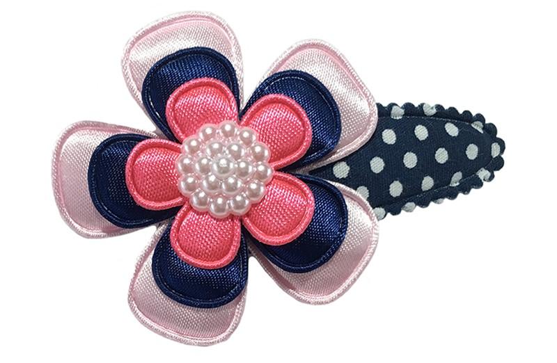 Vrolijk donkerblauw peuter kleuter haarspldje met witte stippeltjes.  Met een effen licht roze bloemetje, een effen donkerblauw bloemetje en een effen roze bloemetje.  Afgewerkt met een wit pareltje.