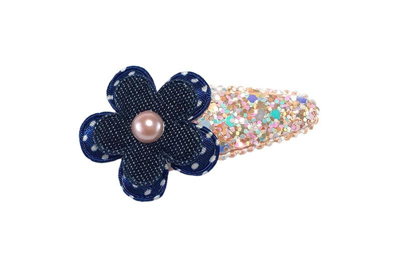 Vrolijk lichtoranje peuter kleuter haarspeldje in glitterlook.  Met een donkerblauw bloemetje met witte stippeltjes, een denimblauw bloemetje en een klein donkerblauw pareltje.