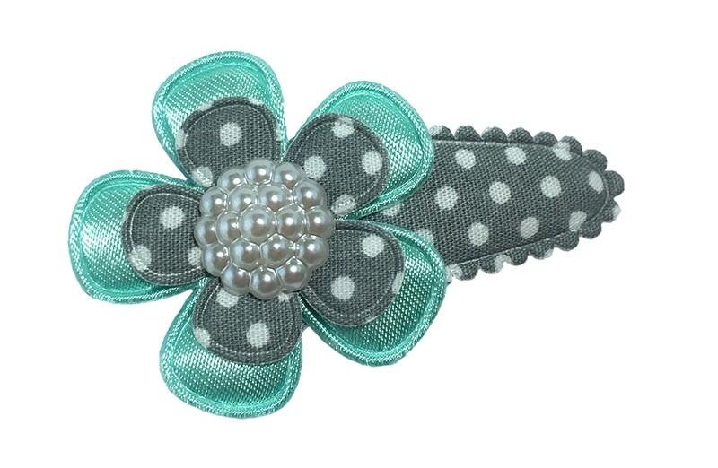 Leuk grijs gestippeld peuter haarspeldje.  Met een effen zeeblauw bloemetje en een grijs bloemetje met witte stippeltjes.  Afgewerkt met een vrolijk wit pareltje.