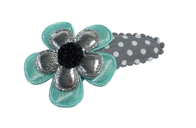 Leuk grijs peuter haarspeldje met witte stippeltjes.  Met een effen zeeblauw bloemetje en een glanzend zilver bloemetje.  Afgewerkt met een donkerblauw pareltje.