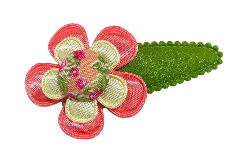 Vrolijk mosgroen vilten peuter kleuter haarspeldje.  Met een koraalroze bloem, een zachtgeel bloemetje en een stofknoopje met bloemetjesdessin.