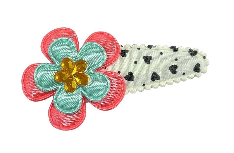 Vrolijk wit peuter kleuter haarspeldje met zwarte hartjes en stipjes.  Met een koraalroze bloemetje, een mintgroen bloemetje en een lichtoranje glinsterbloemetje.