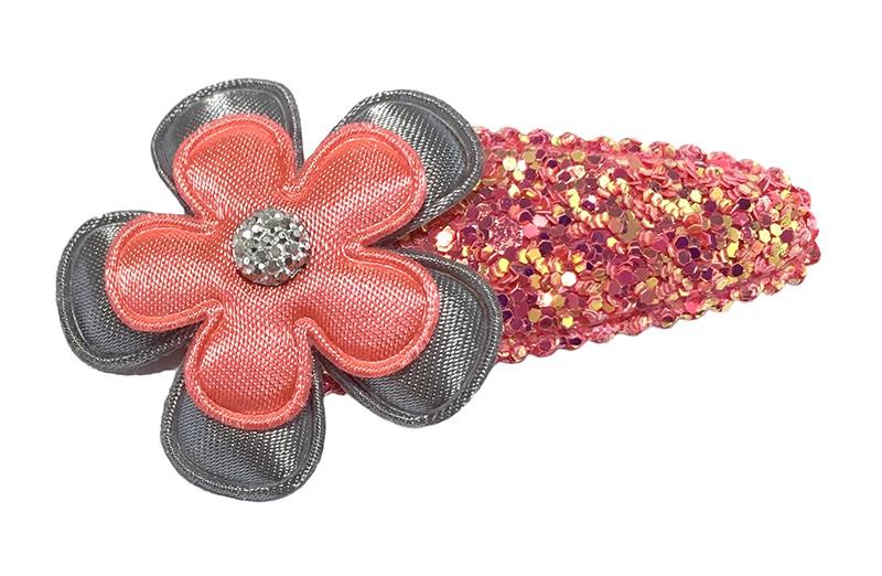Vrolijk koraalroze peuter kleuter haarspeldje in glitterlook.  Met een effen grijs bloemetje, een koraalroze bloemetje en een grijs steentje.
