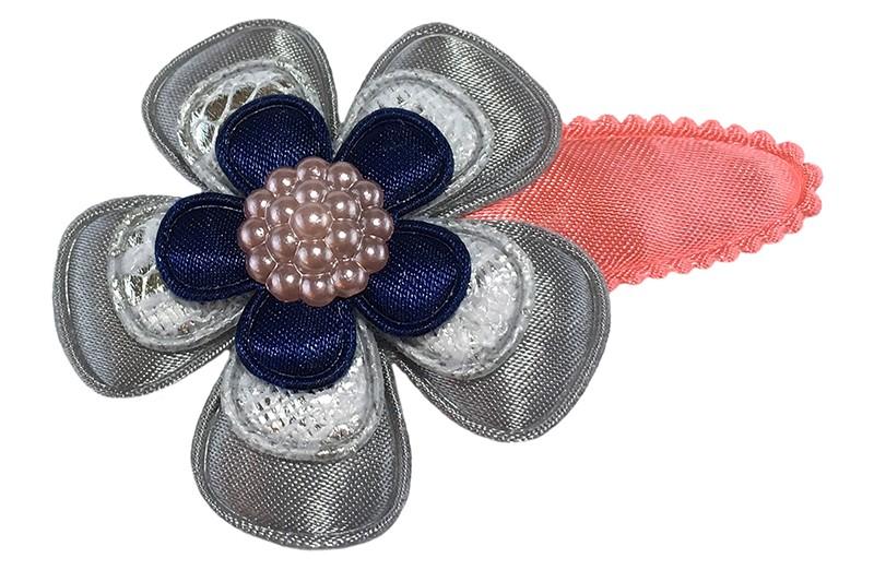 Vrolijk koraal roze peuter kleuter haarspeldje.  Met een grijze bloem, een zilver grijze bloem in kantlook en een klein blauw bloemetje.  Afgewerkt met een mooi pareltje.