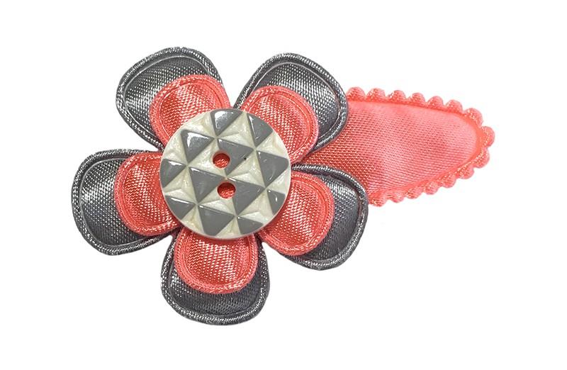 Leuk koraal roze peuter haarspeldje. Met een grijs bloemetje, een koraalroze bloemetje en een wit knoopje met grijze driehoekjes.