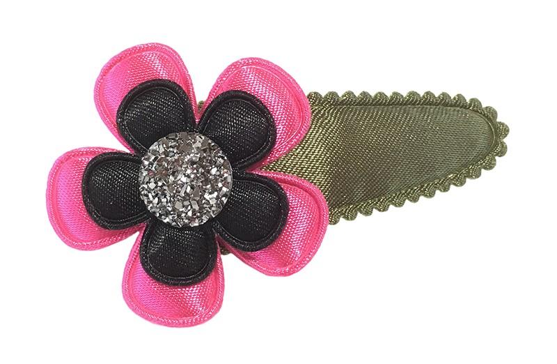 Leuk effen legergroen peuter kleuter haarspeldje. Met een fel roze bloem en een zwart bloemetje. Afgewerkt met een leuke grijze parel.