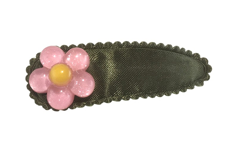Vrolijk effen legergroen peuter kleuter haarspeldje. Met een leuk glanzend roze met geel bloemetje.