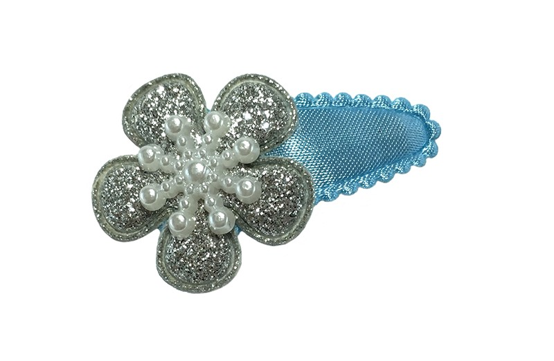 Vrolijk licht blauw baby peuter haarspeldje.  Met een zilver glitter bloemetje en een wit ijssterretje.
