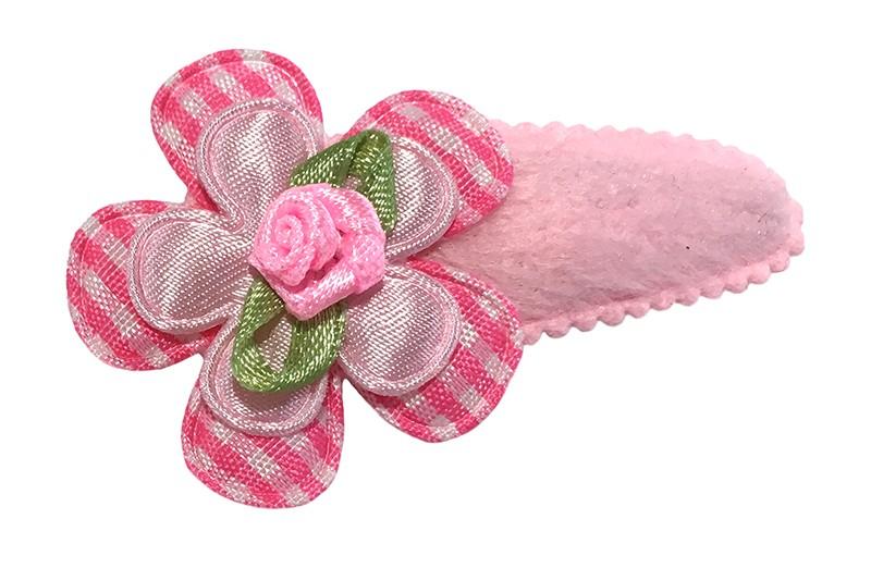 Vrolijk licht roze fluffie peuter kleuter haarspeldje. Met een roze geruit bloemetje, een effen licht roze bloemetje en een een roze roosje.