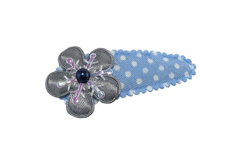 Schattig lichtblauw peuter kleuter haarspeldje met witte stippeltjes. Met een effen grijs bloemetje en een klein zilver ijssterretje. Afgewerkt met een grijs pareltje.