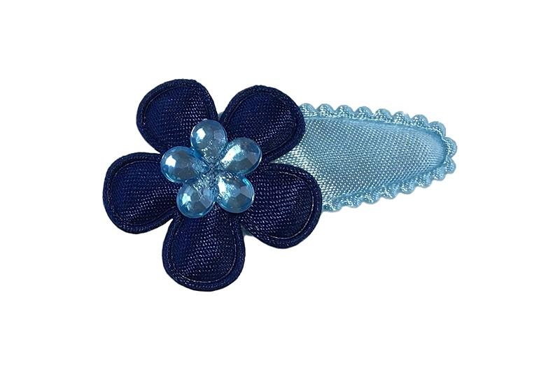 Vrolijk effen licht blauw baby peuter haarspeldje.  Met een donker blauw bloemetje.  Afgewerkt met een leuk licht lauw glinsterbloemetje.