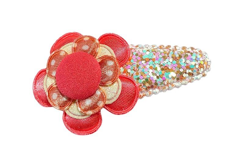 Vrolijk peuter kleuter haarspeldje in zalmroze glitterlook.  Met een koraalroze bloemetje, een wit glitterbloemetje, een zalmroze bloemetje met witte stippeltjes een een koraalroze stofknoopje.