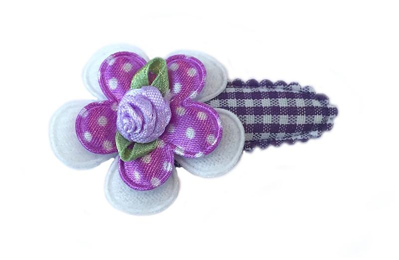 Leuk paars met wit geruit haarspeldje met effen wit bloemetje en daarop een paars met wit gestippeld bloemetje. Afgewerkt met lila roosje.