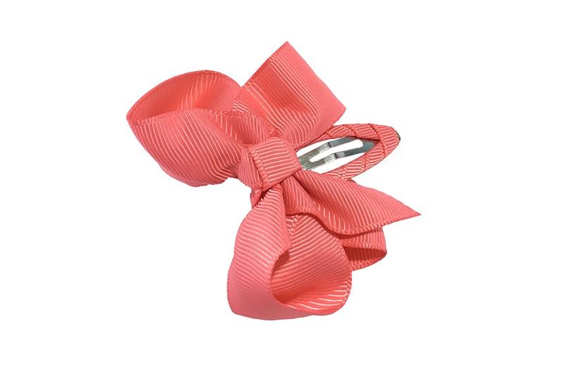 Vrolijk  peuter kleuter haarspeldje bekleed met koraalroze lint.  Met een koraalroze strikje van geribbeld lint. In een mooie dubbel geknoopte look.