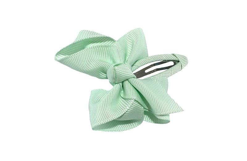 Vrolijk  peuter kleuter haarspeldje bekleed met mint groen lint.  Met een mint groen strikje van geribbeld lint. In een mooie dubbel geknoopte look.