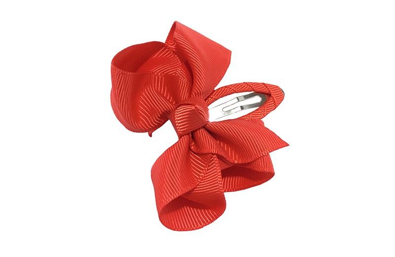Vrolijk  peuter kleuter haarspeldje bekleed met rood  lint.  Met een rood strikje van geribbeld lint. In een mooie dubbel geknoopte look.