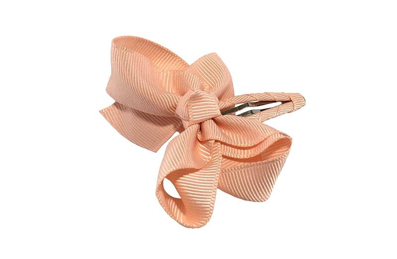 Vrolijk  peuter kleuter haarspeldje bekleed met zalm roze lint.  Met een zalm roze strikje van geribbeld lint. In een mooie dubbel geknoopte look.