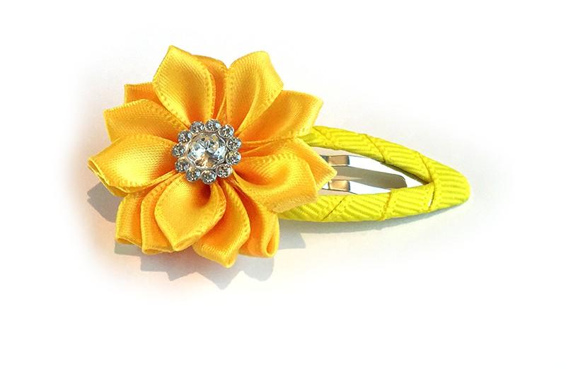 Mooi fel gele haarspeld met gele linten bloem. Afgewerkt met mooie parel.