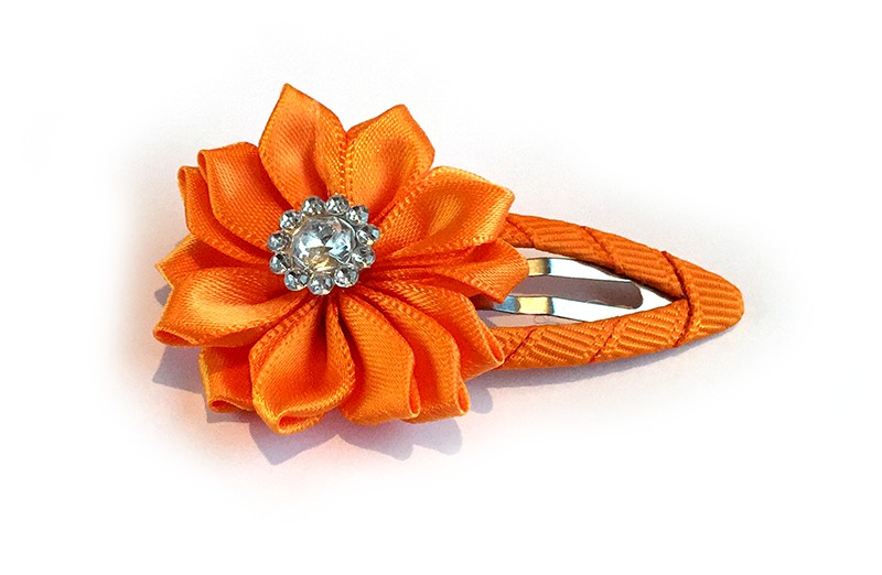 Mooi oranje haarspeld met oranje linten bloem. Afgewerkt met mooie parel.