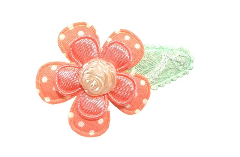 Vrolijk mint groen haarspeldje met kantlook. Met een licht oranje bloemetje met witte stippeltjes en een effen glanzend bloemetje. Afgewerkt met een creme pareltje in de vorm van een roosje.