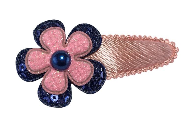 Vrolijk effen oudroze peuter kleuter haarspeldje.  Met een donkerblauw bloemetje met pailletjes, een roze glitter bloemetje en een donkerblauw pareltje.