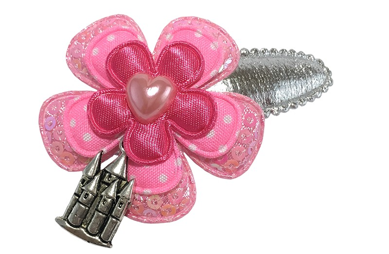 Super leuk zilver glanzend peuter kleuter haarspeldje.  Met een roze pailletjes bloemetje, een roze gestippeld bloemetje en een glanzend efffen fuchsia roze bloemetje.  Afgewerkt met een klein roze hartje en een leuk hangertje.