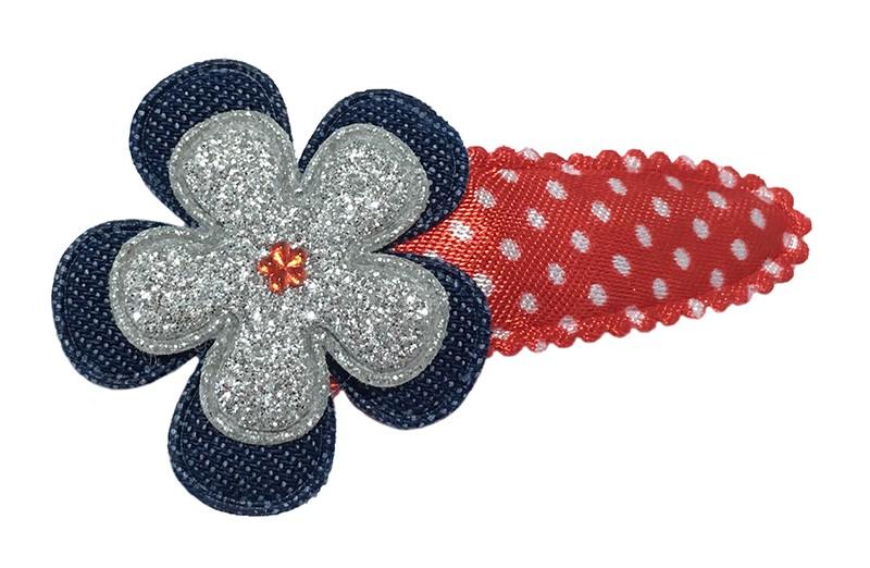 Leuk rood peuter, kleuter haarspeldje met witte stippeltjes. Met een spijkerstoffen bloem en een zilver glitter bloemetje. Afgewerkt met een klein rood glimmertje.