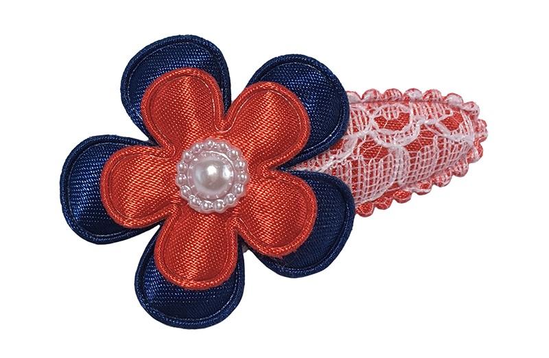 Vrolijk rood peuter haarspeldje in kantlook. Met daarop een donkerblauw bloemetje en een effen rood bloemetje. Afgewerkt met een wit pareltje.