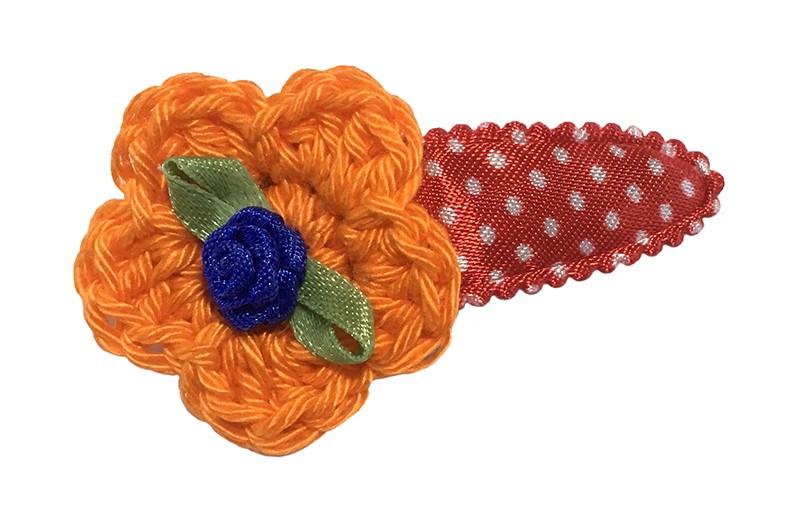 Hollands gekleurd! Vrolijk rood peuter kleuter haarspeldje met witte stippeltjes. Met daarop een oranje gehaakt bloemetje. Afgewerkt met een blauw roosje.
