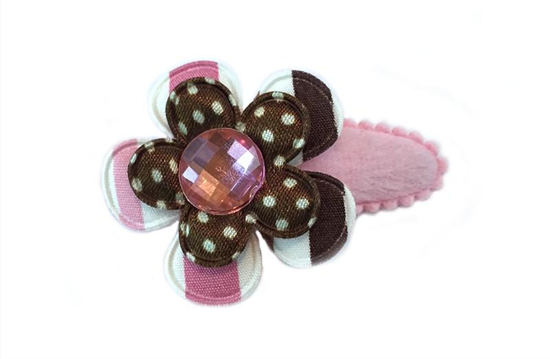 Leuk zacht roze fluffie haarspeldje met daarop een bloemetje met bruin, roze en wit streepdessin. En een donker bruin bloemetje met witte stippeltjes. Afgewerkt met mooie roze parel.