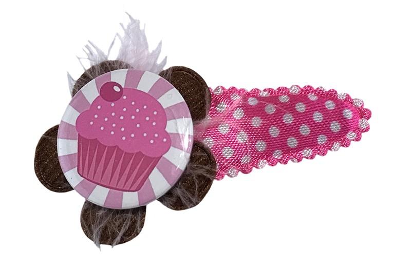 Vrolijk roze peuter kleuter haarspeldje met witte stippeltjes.  Met een chocolade bruin bloemetje. Afgewerkt met een vrolijke roze button met cupcake en een licht roze veertje.