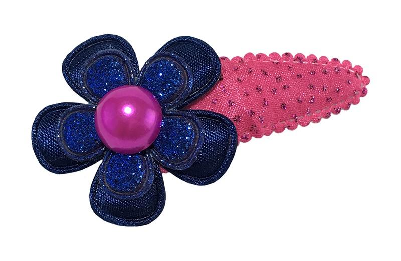 Vrolijk fuchsia roze peuter kleuter haarspeldje met kleine glittertjes. Met daarop een donkerblauw bloemetje en een blauw glitter bloemetje.  Afgewerkt met een roze parel.