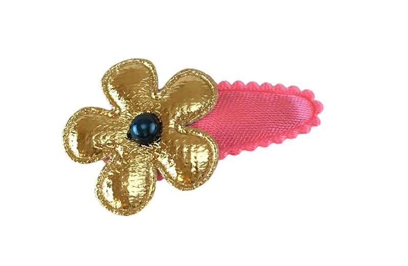 Vrolijk effen (koraal)roze baby peuter haarspeldje.  Met een glanzend gouden bloemetje en een klein donkerblauw pareltje.