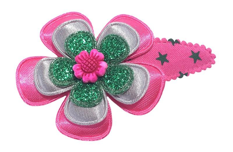 Vrolijk fuchsia roze peuter kleuter haarspeldje met groene sterretjes. Met een effen fuchsia roze bloem, een effen grijze bloem en een glitter groen bloemetje. Afgewerkt met een rustiek roze bloemetje.