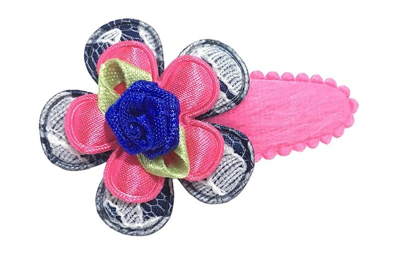 Leuk fel roze fluffie peuter haarspeldje. Met een donkerblauw bloemetje in kantlook en een effen fel roze bloemetje.  Afgewerkt met een kobalt blauw roosje.