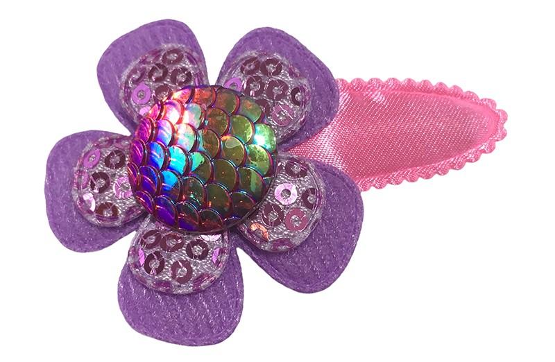 Vrolijk glanzend fel roze peuter kleuter haarspeldje.  Met een lila paars bloemetje en een paars bloemetje met pailletjes en een glanzende gekleurde 'meermin' button.