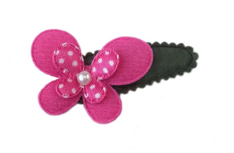 Vrolijk haarspeldje donker groen met fuchsia roze vlinder en kleinere roze met wit gestippelde vlinder. Afgewerkt met klein pareltje.