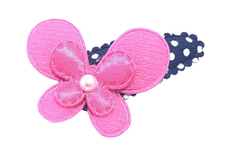 Vrolijk donkerblauw met wit gestippeld peuter haarspeldje met fuchsia roze vlindertjes. Afgewerkt met een klein pareltje.