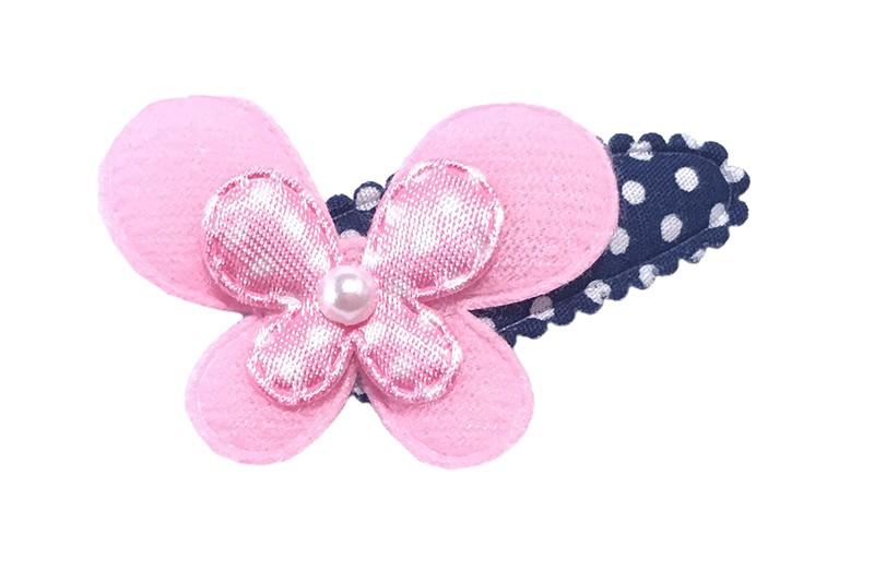 Vrolijk donkerblauw met wit gestippeld peuter haarspeldje met een effen licht roze vlinder en een licht roze gestippeld vlindertje.  afgewerkt met een klein pareltje.