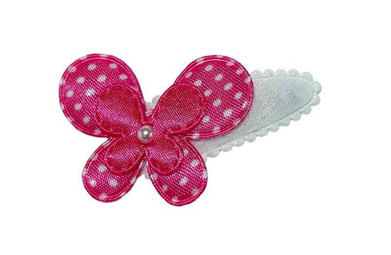 Vrolijk wit peuter meisjes haarspeldje.  Met een fuchsia roze gestippeld vlindertje, een effen fuchsia vlindertje en een klein wit pareltje.