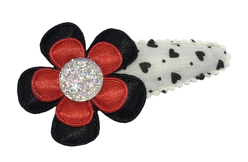 Vrolijk wit peuter kleuter haarspeldje met zwarte hartjes.  Met een zwart bloemetje, een rood bloemetje en een wit glitter pareltje.